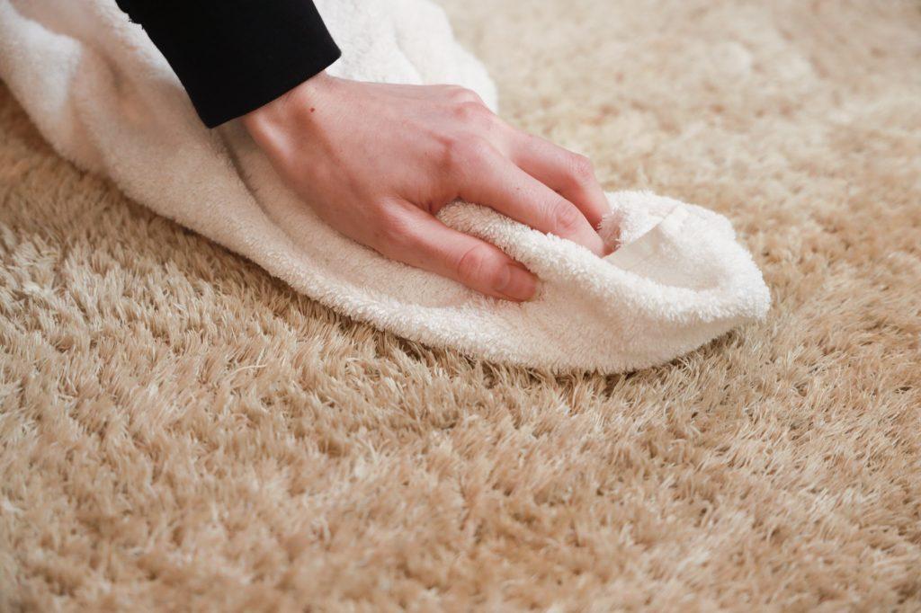 smoezelig tapijt reinigen